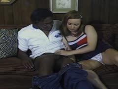 Daddys Girl wird von farbigem Typ mit Riesenpimmel zervögelt